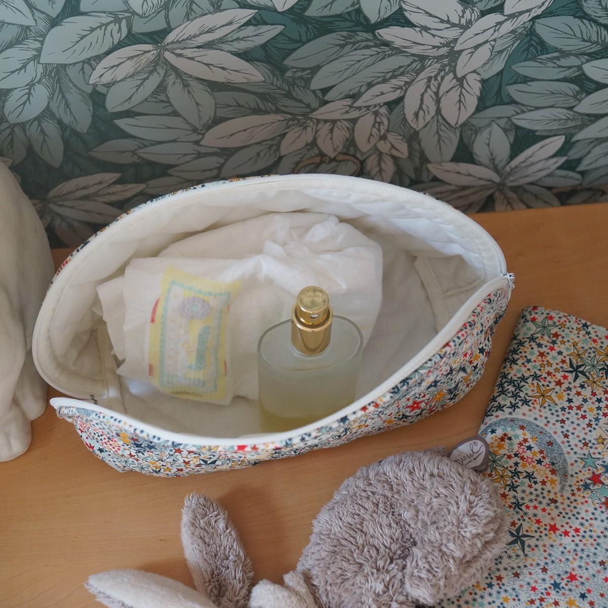 Trousse de toilette demi-lune étoiles multicolores