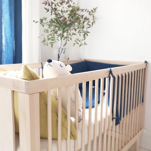 Tour de lit bébé garçon 70 x 140 en gaze de coton biologique bleu profond