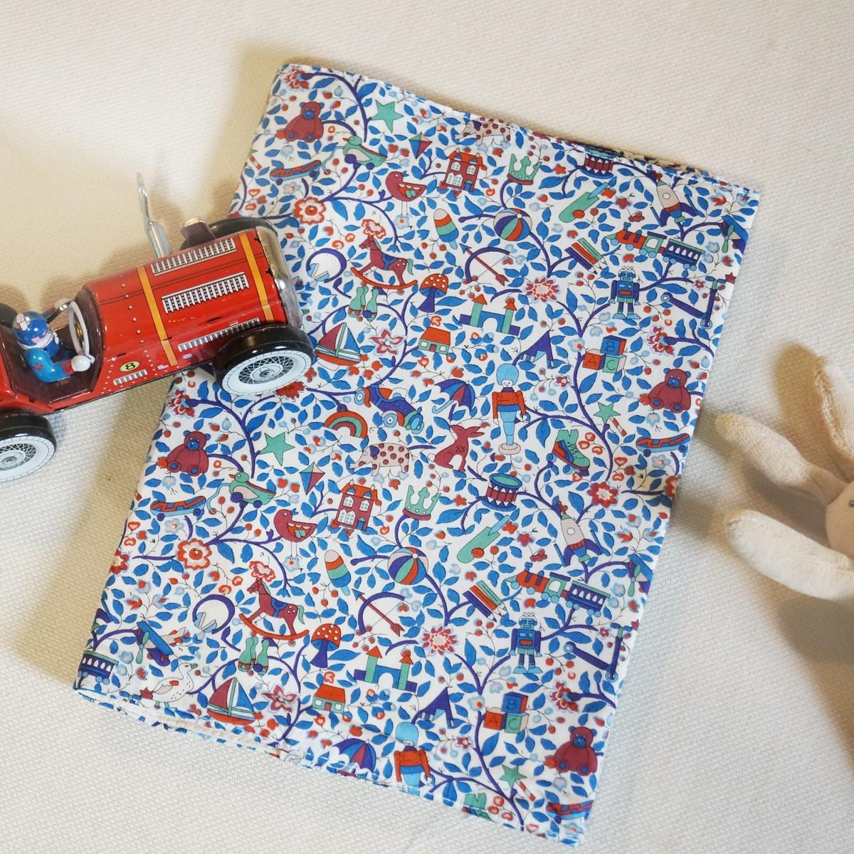 Protège carnet de santé bébé Liberty Toy Garden bleu
