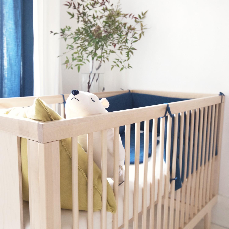 Tour de lit bébé en gaze de coton biologique bleu profond