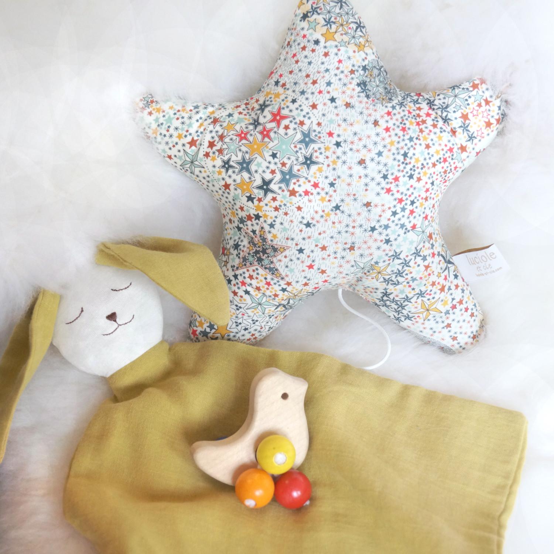 Boite à musique bébé en tissu Etoiles Multicolores