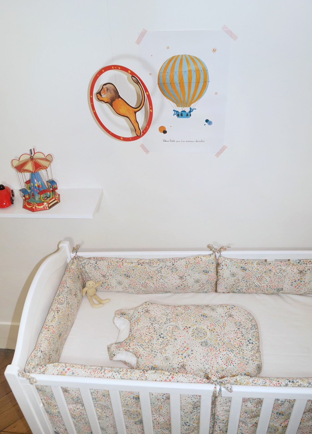 Tour de lit garcon liberty étoiles multicolores