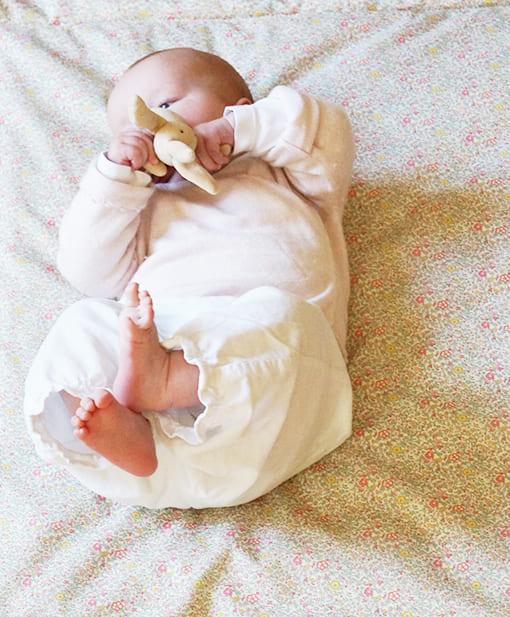 Découvrez nos tapis de jeu bébé ou tapis d'éveil en gaze de coton biologique ou en magnifique Liberty...